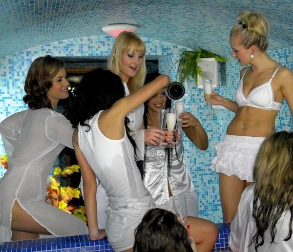 Rihanna Samuel, Zuzana Z, Daisy Decastelo, Gina Devine, Alyssia Loop - Lesbo Love In The Hot Tub Part 1 (2012/Pornstarsathome.com/Tainster.com/FullHD)